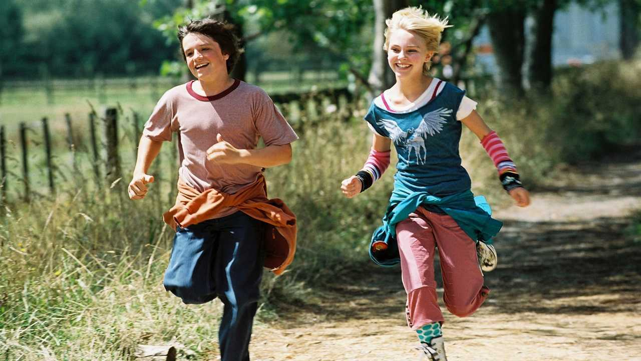 Jesse Aarons (Josh Hutcherson) and Leslie Burke (AnnaSophia Robb) in Bridge to Terabithia (2007)