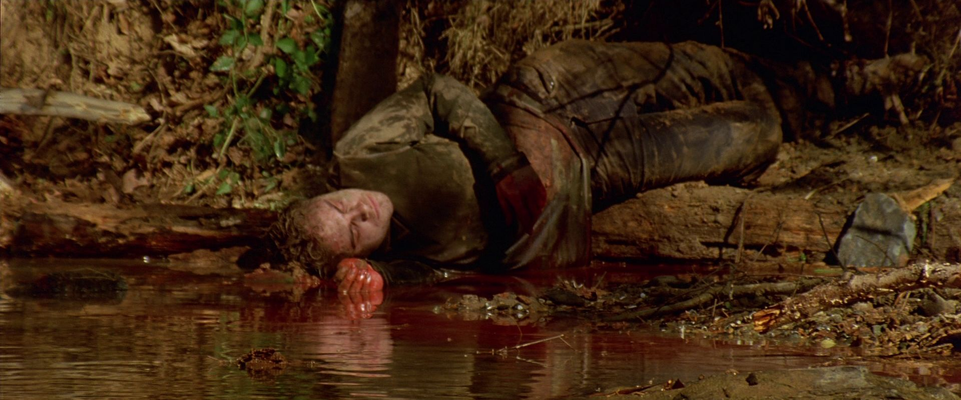Infected body pollutes the water in Cabin Fever (2002)