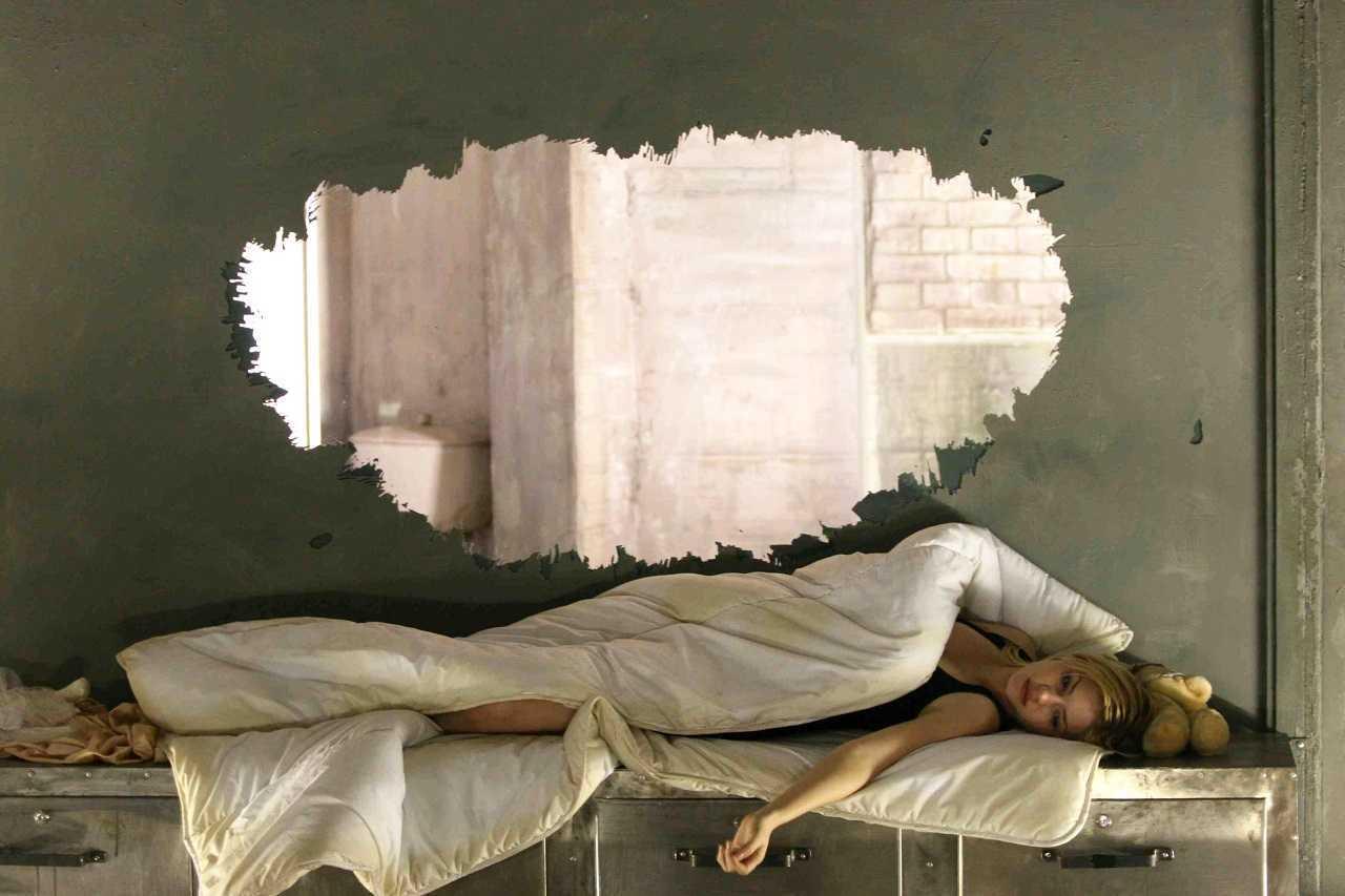 An imprisoned Elisha Cuthbert in Captivity (2007)