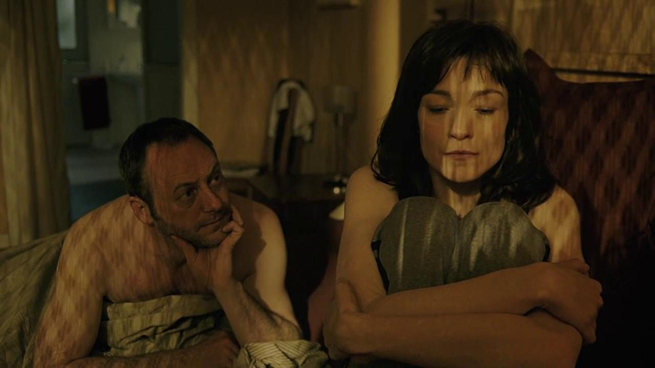 Liam Cunningham, Stefania Rocca in The Card Player (2004)