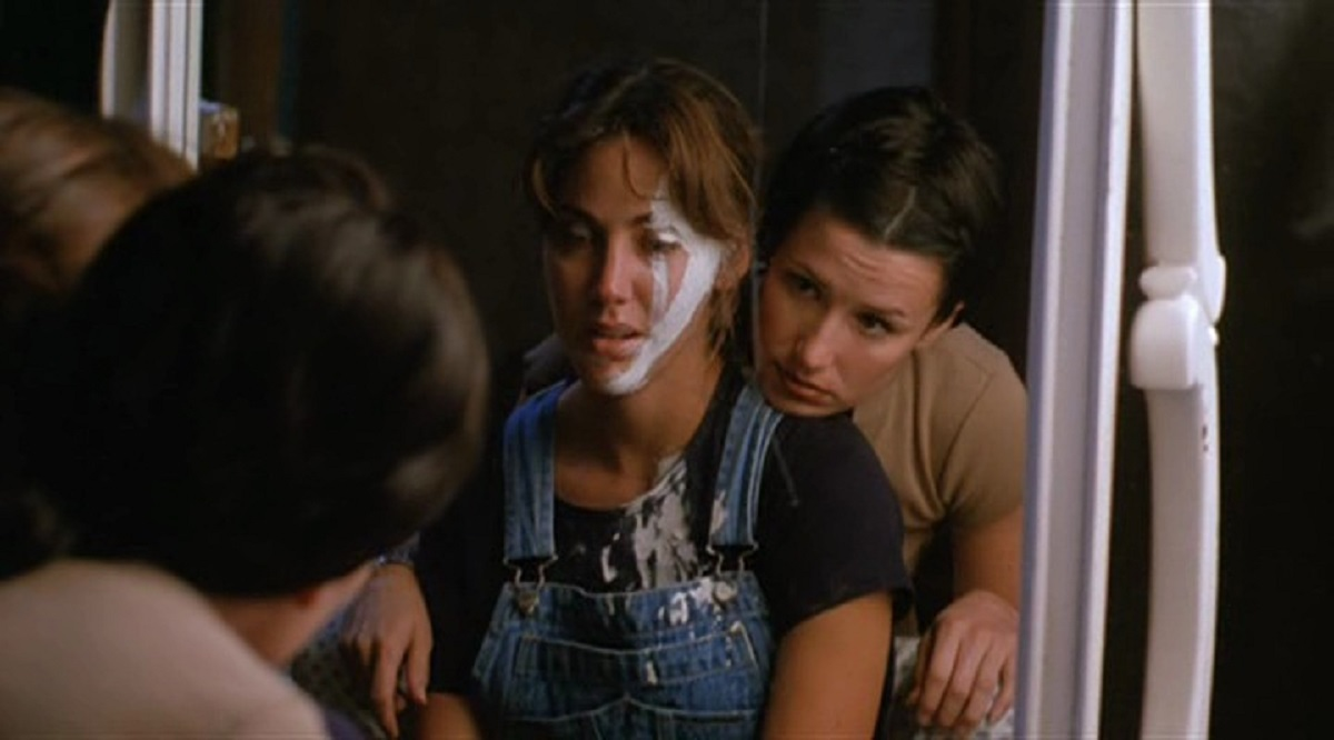 (l to r) The haunted Bobbie Phillips and best friend Shawnee Smith in Carnival of Souls (1998)