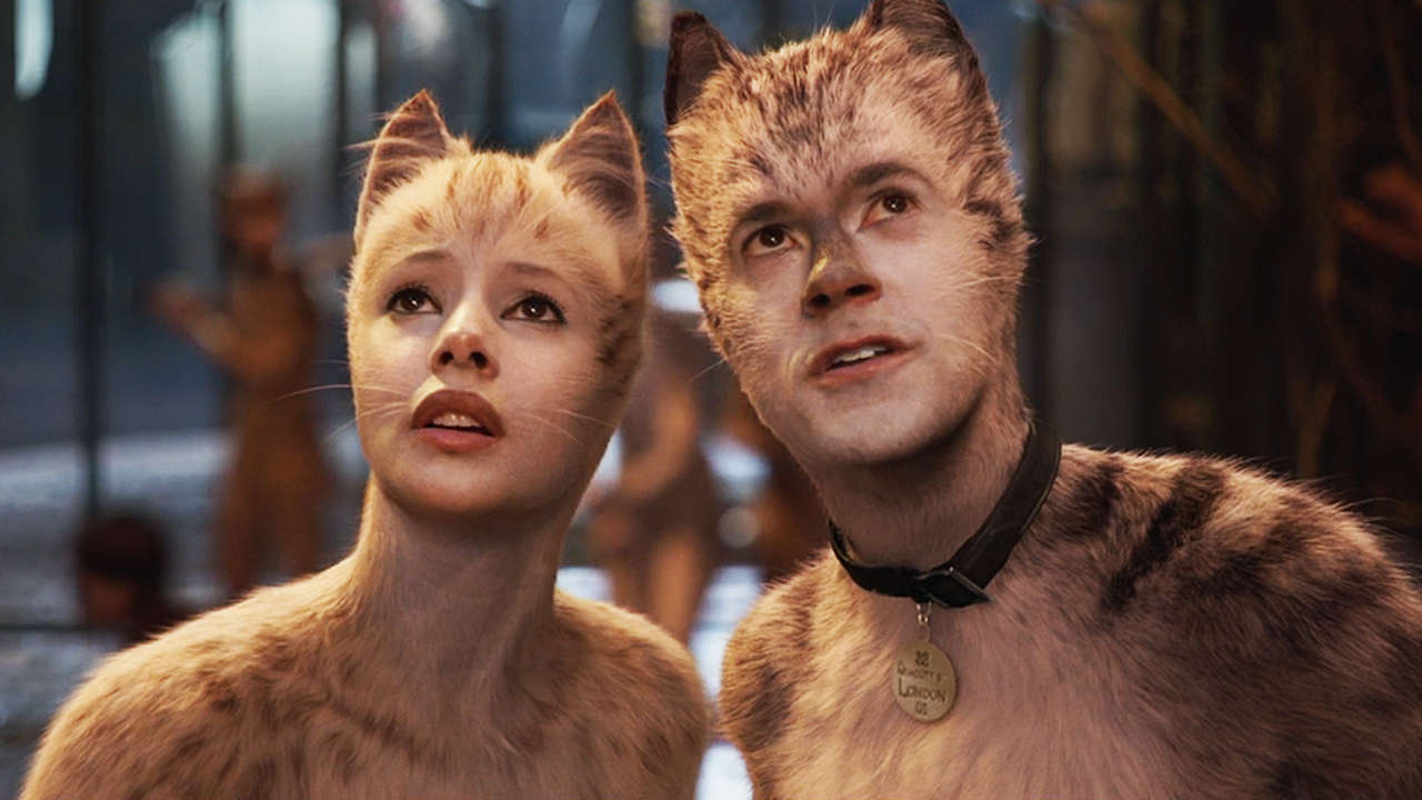 Victoria (Francesca Hayward) and Munkustrap (Robbie Fairchild) in Cats (2019)