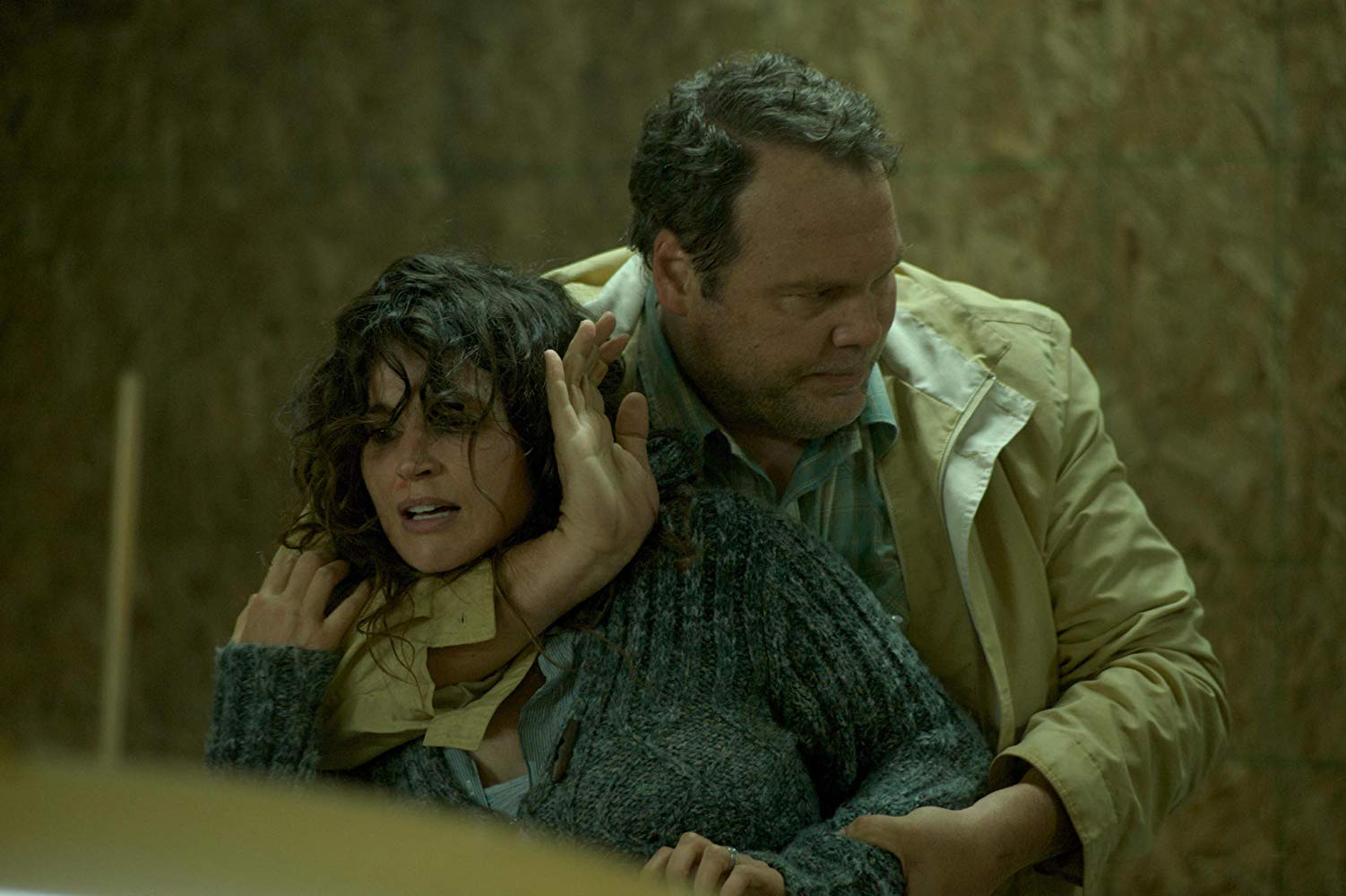 Serial killer Vincent D'Onofrio abducts Julia Ormond in Chained (2012)