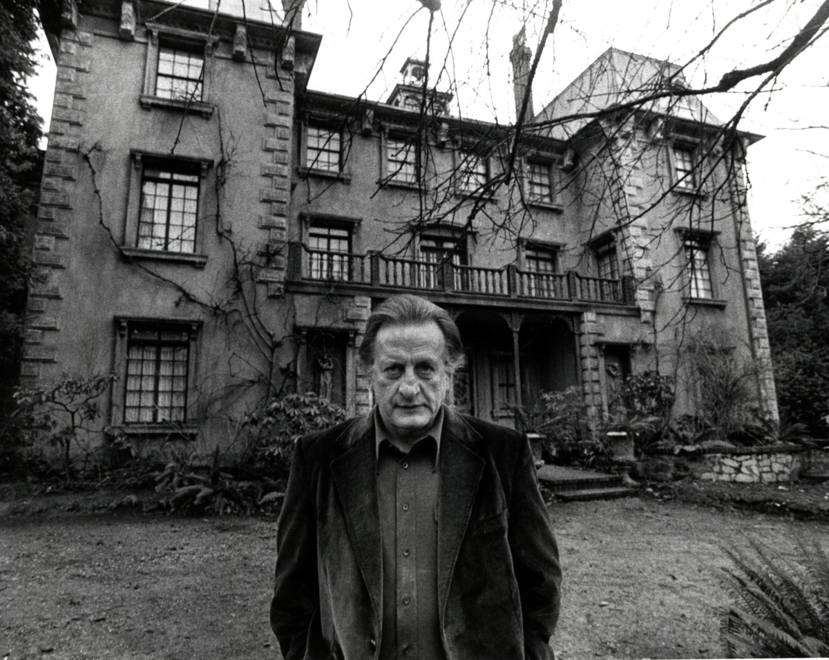 George C. Scott in front of the haunted house in The Changeling (1980)