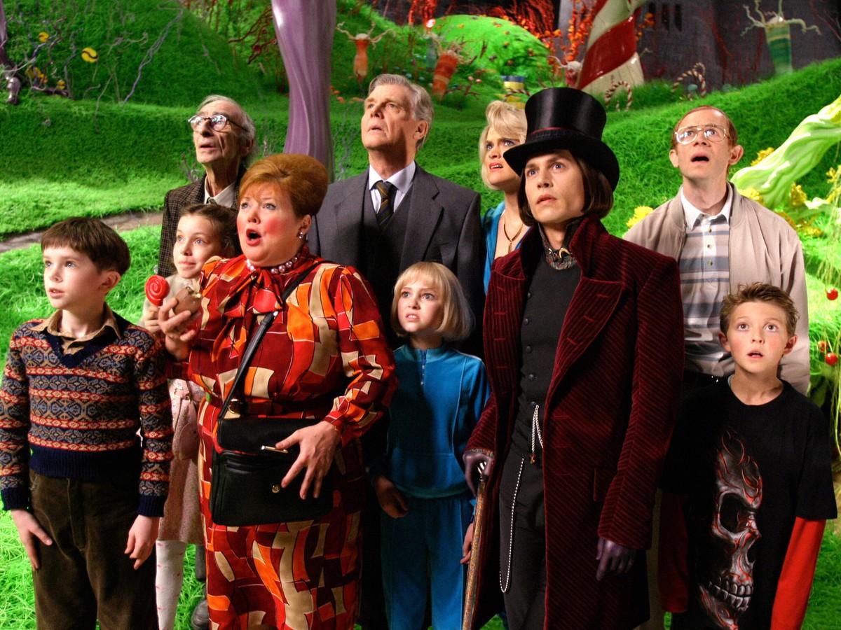 (l to r) (front row) Charlie (Freddie Highmore), Veruca Salt (Julia Winter), Mrs Gloop (Franziska Troegner), Violet Beauregard (AnnaSophia Robb), Willy Wonka (Johnny Depp), Mike Teeve (Jordan Fry); (back row) Grandpa Joe (David Kelly), Mr Salt (James Fox), Mrs Beauregard (Missi Pyle) and Mr Teeve (Adam Godley) in Charlie and the Chocolate Factory (2005)