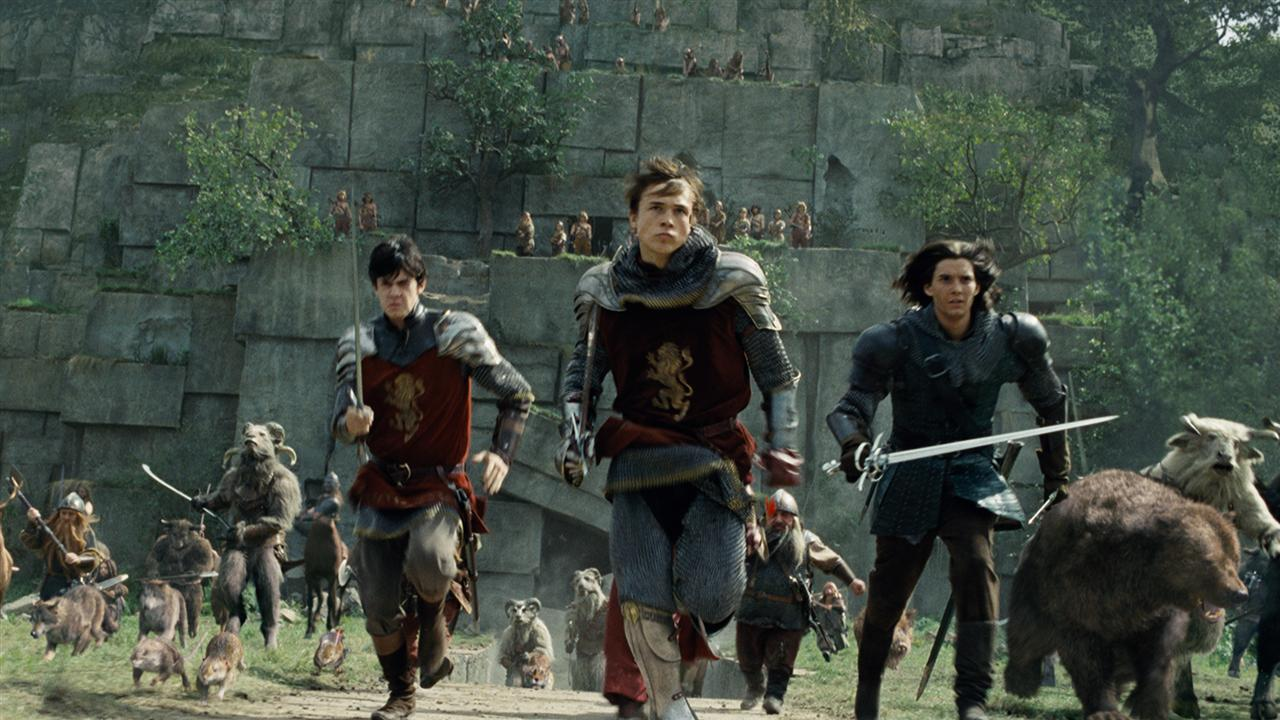 Edmund (Skandar Keynes), Peter (William Moseley) and Caspian (Ben Barnes) in battle in The Chronicles of Narnia: Prince Caspian (2008)