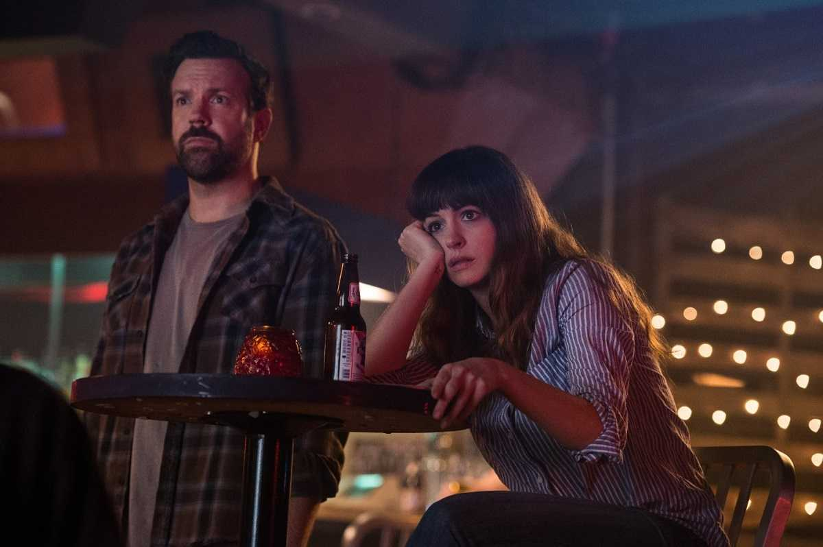Childhood friends Jason Sudeikis and Anne Hathaway in Colossal (2016)