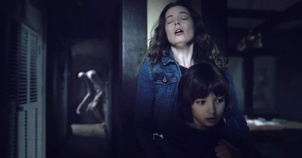 Oliver (Azhy Robertson) and his mother Gillian Jacobs in Come Play (2020)