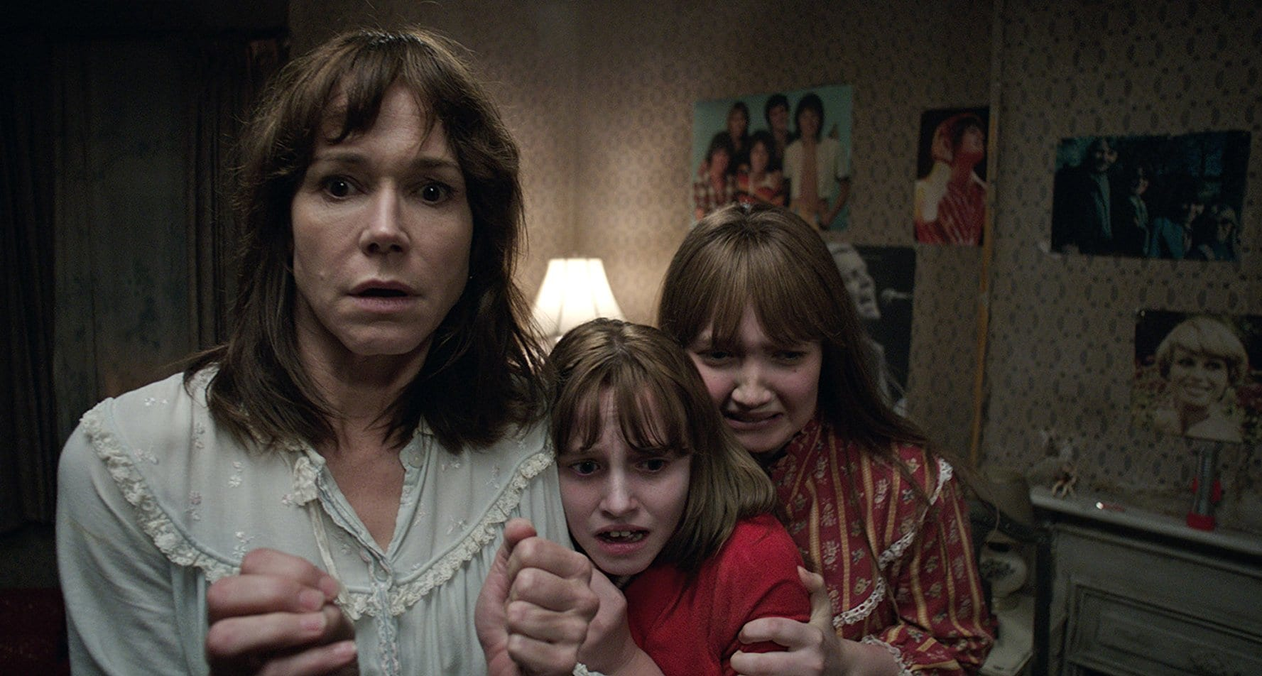 The Hodgson family - mother Frances O'Connor and daughters Lauren Esposito and Madison Wolfe - in The Conjuring 2 (2016)