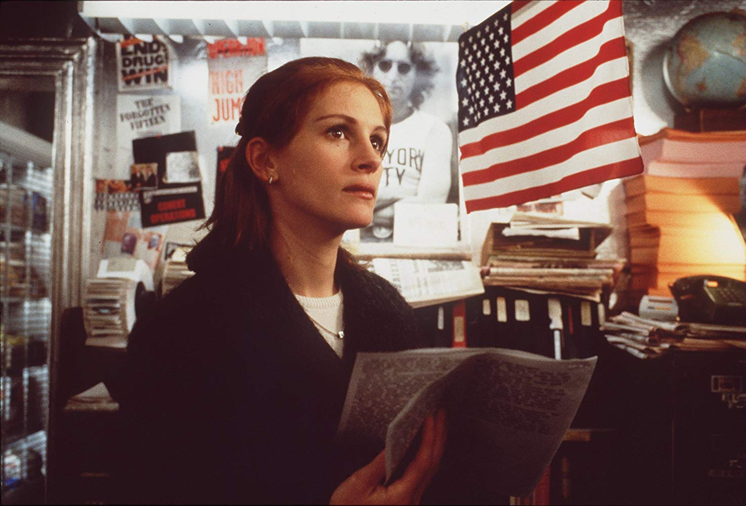 Justice Department lawyer Julia Roberts has difficulty believing Mel's wacky theories in Conspiracy Theory (1997)