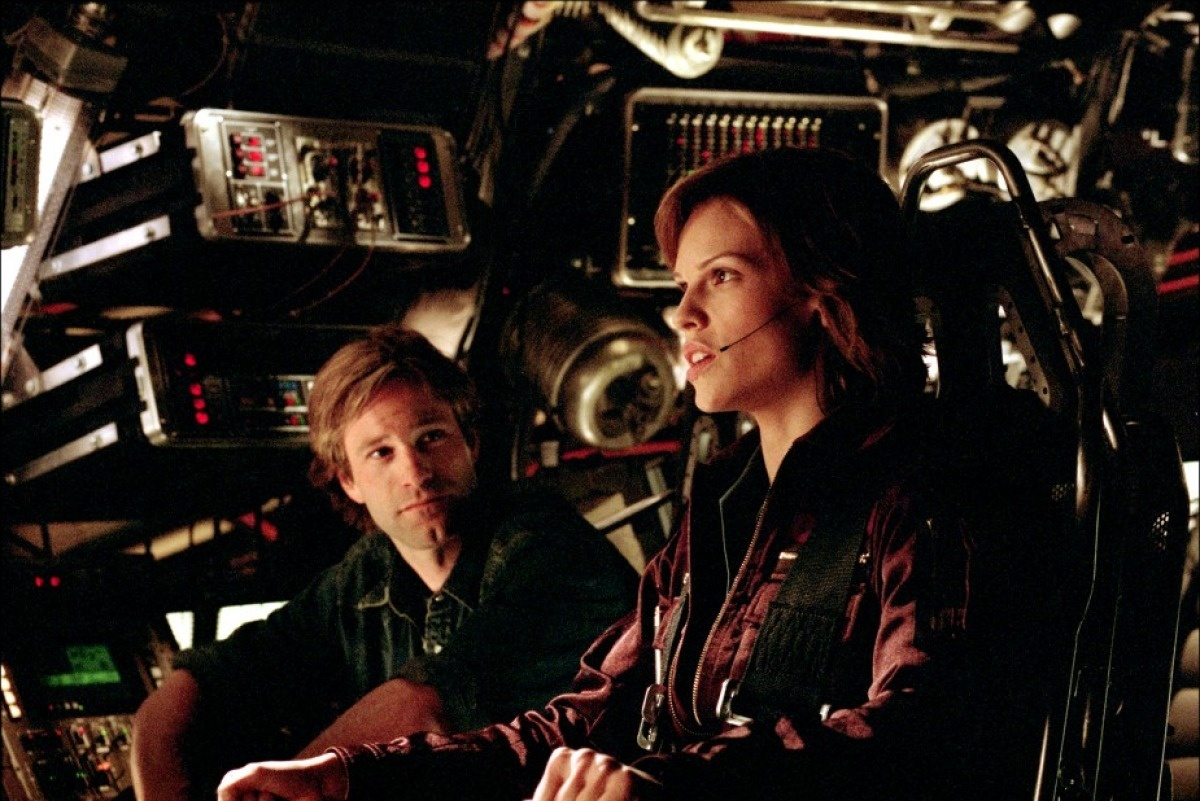 Aaron Eckhart, Hilary Swank in The Core (2003)