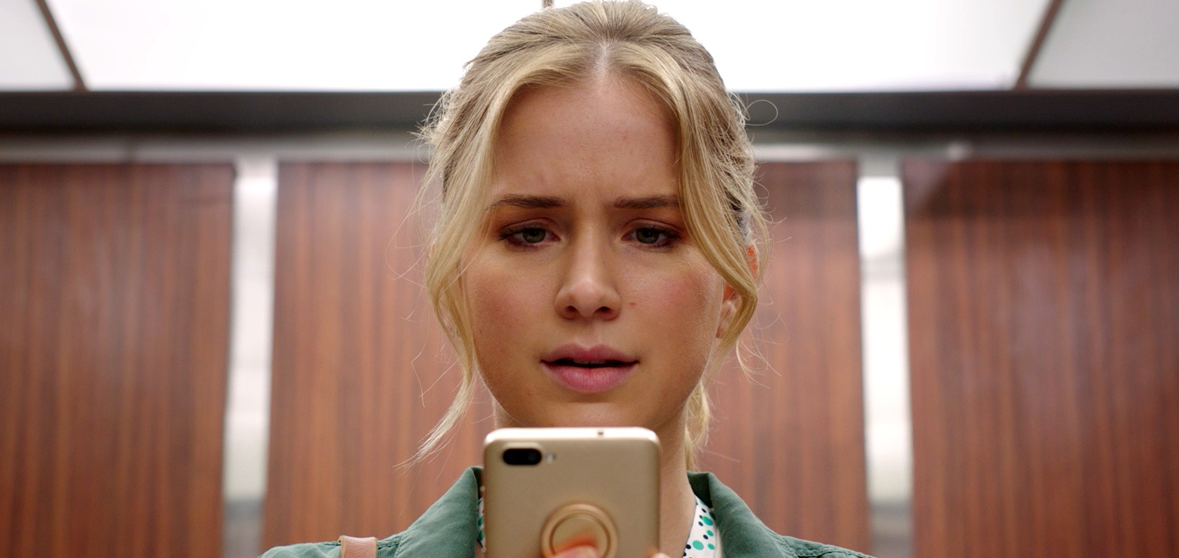 Elizabeth Lail with a mobile app that predict how long she has to live in Countdown (2019)