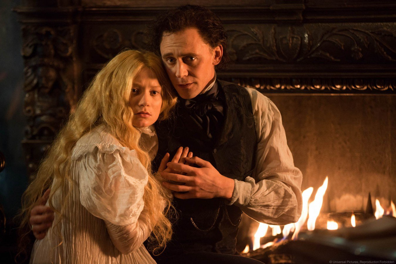 Mia Wasikowska and Tom Hiddleston in Crimson Peak (2015)