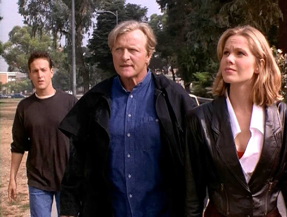 Josh Charles, Rutger Hauer and Andrea Roth in Crossworlds (1996)