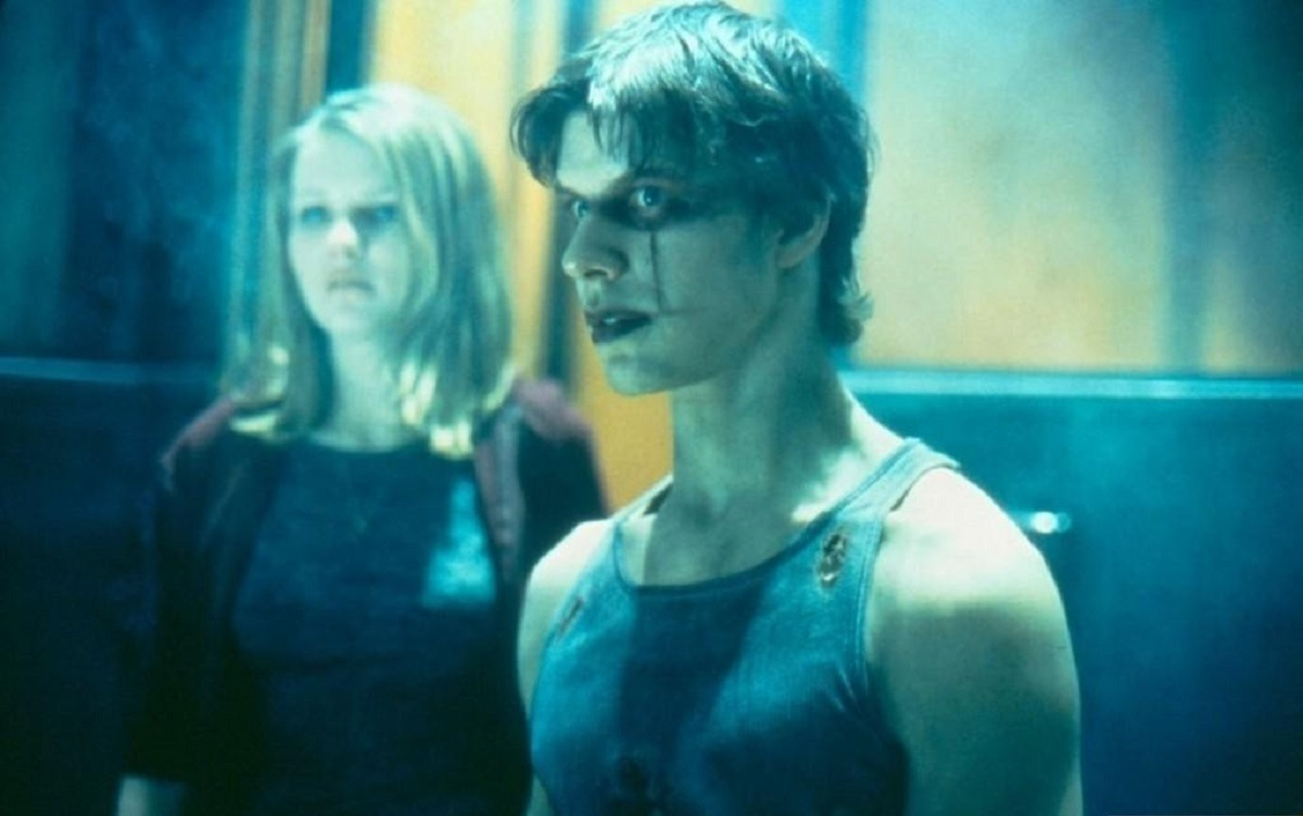 Eric Mabius as Alex Corvis, the new Crow, along with Kirsten Dunst in The Crow: Salvation (2000)