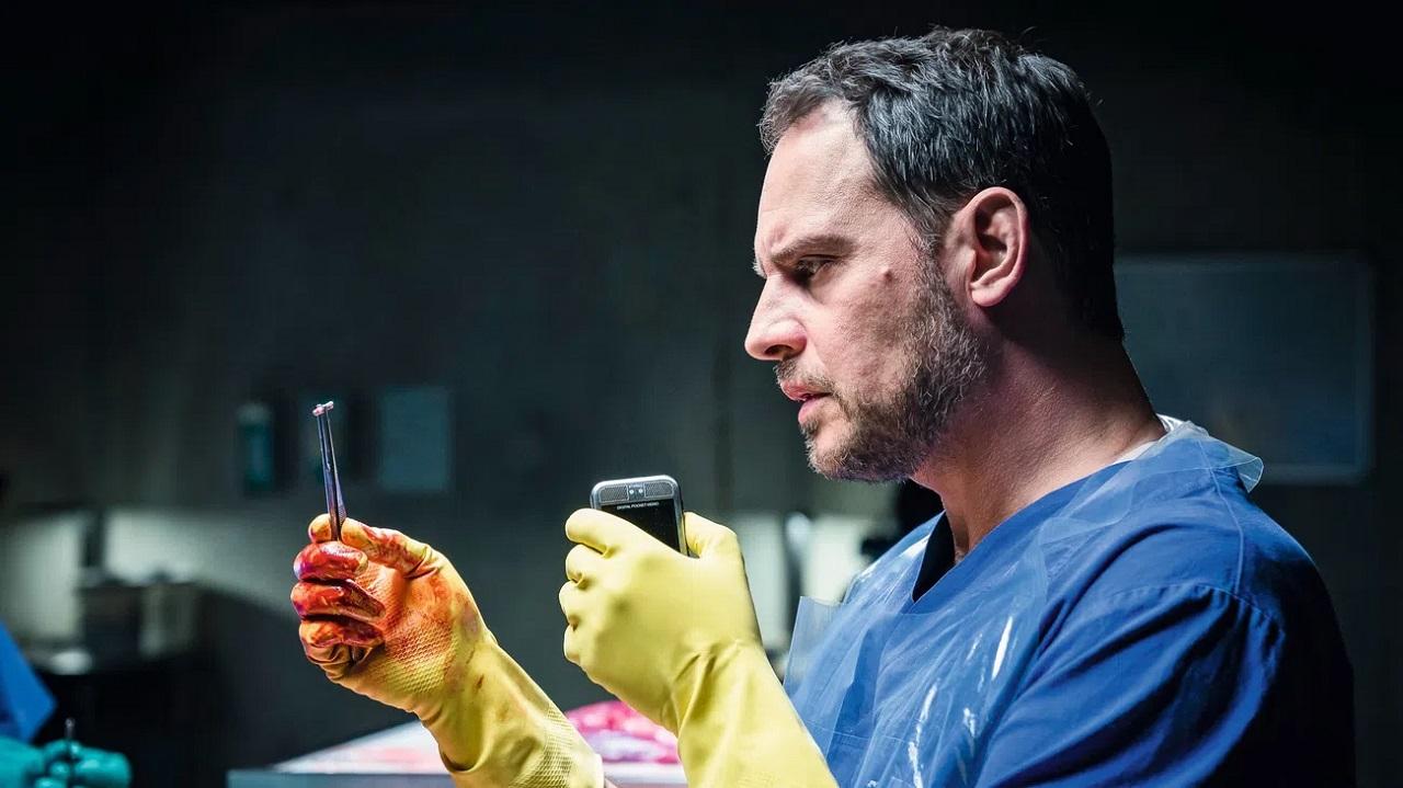 Moritz Bleibtreu as pathologist Paul Herzfeld in Cut Off (2018)