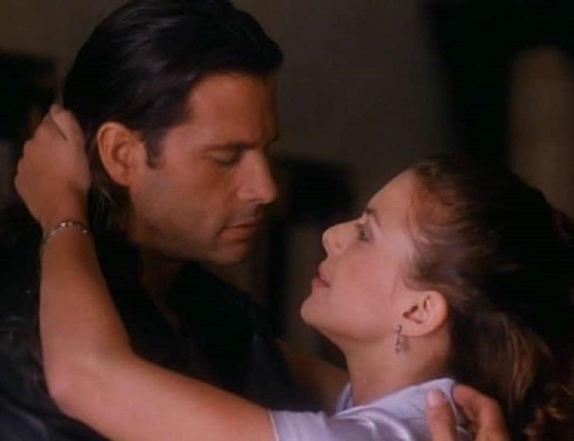 Police officer Bobby Chase (Lorenzo Lamas) and virtual sex star Pamela Travis (Kari Wuhrer) in Cybertech P.D. (1995)
