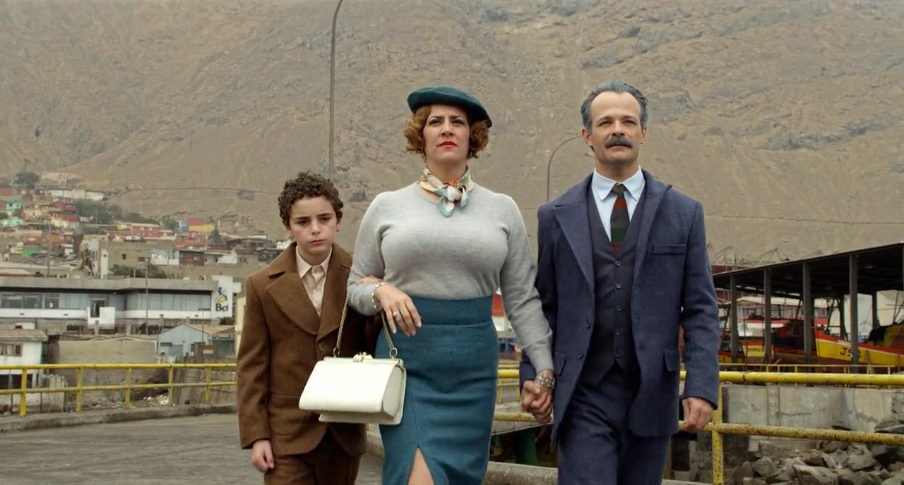 The young Alejandro Jodorowsky (Jeremias Herskovits), his mother (Pamela Flores) and father (Brontis Jodorowsky) in The Dance of Reality (2013)
