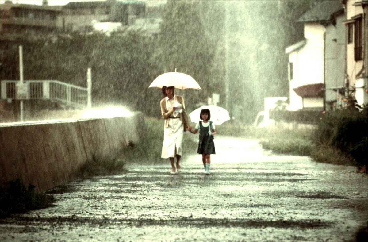 Mother and daughter Hitomi Kuroki and Rio Kanno in Dark Water (2002)