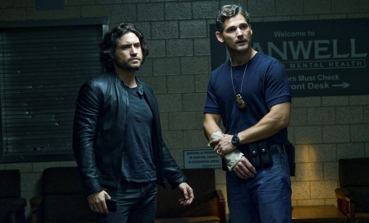 (l to r) Catholic priest Father Mendoza (Edgar Ramirez) and police detective Ralph Sarchie (Eric Bana) in Deliver Us From Evil (2014)