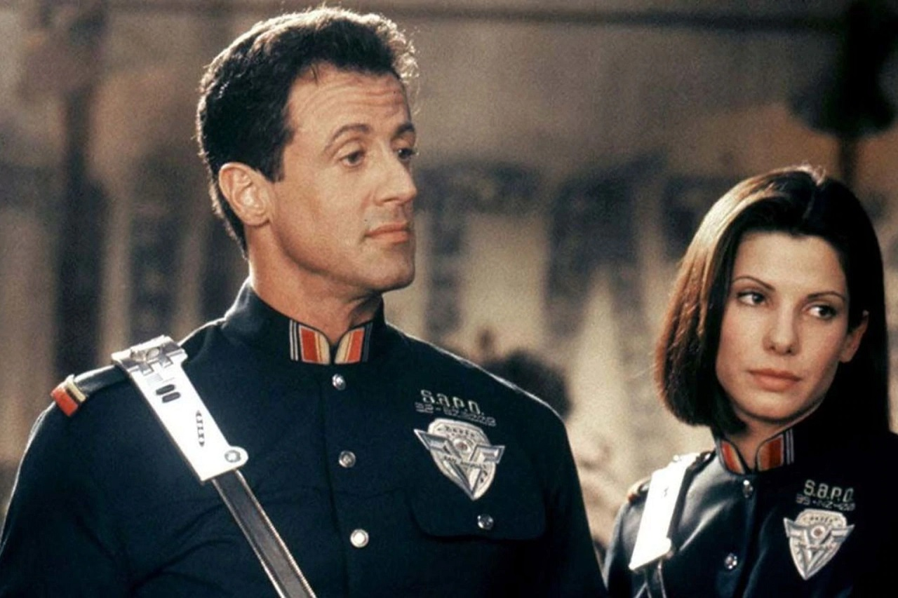 John Spartan (Sylvester Stallone) and Lenina Huxley (Sandra Bullock) in Demolition Man (1993)