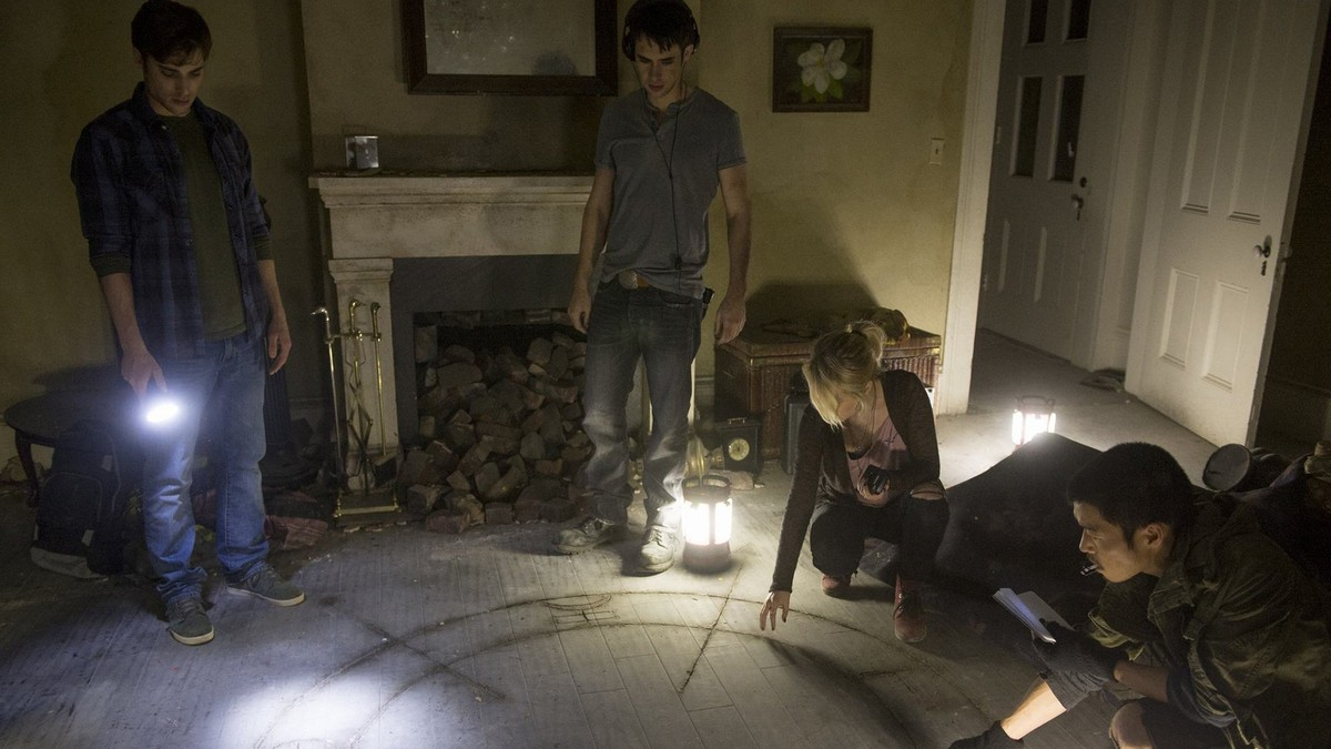 Paranormal investigators at work in Demonic (2015)