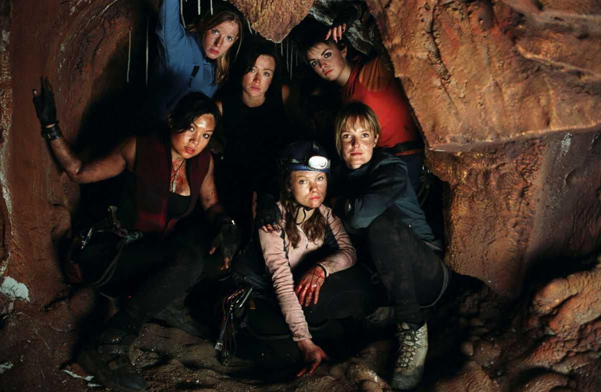 Natalie Mendoza, Shauna Macdonald, Alex Reid, Nona-Jane Noone, Saskia Mulder and MyAnna Buring in The Descent (2005)