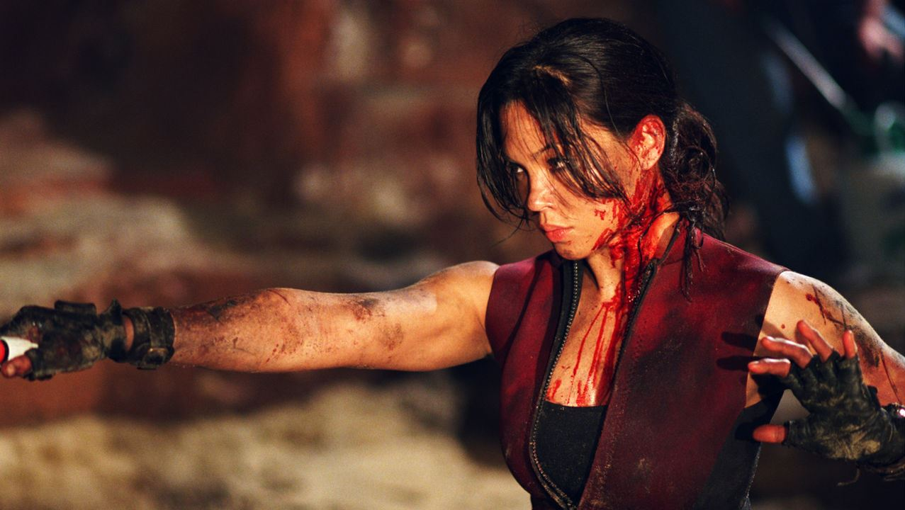 Natalie Mendoza bared for action in The Descent (2005)
