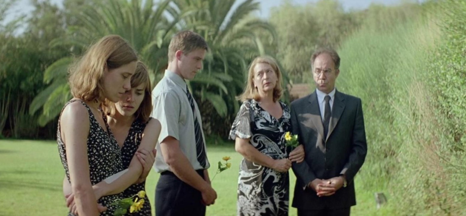The family that remains protected from the outside world - (l to r) daughters Aggeliki Papoulia and Mary Tsoni, son Hristos Passalis, mother Michele Valley and father Christos Stergioglou in Dogtooth (2009)