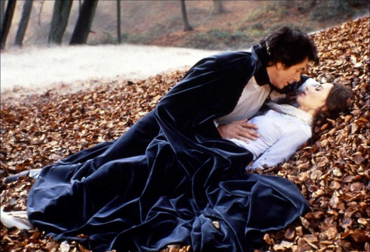 Dracula (Frank Langella) seduces Lucy Seward (Kate Neliigan) in Dracula (1979)