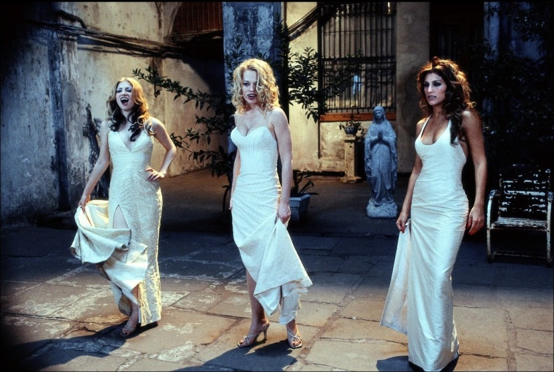 Dracula's Wives - (l to r) Colleen Fitzpatrick, Jeri Ryan and Jennifer Esposito in Dracula 2000 (2000)