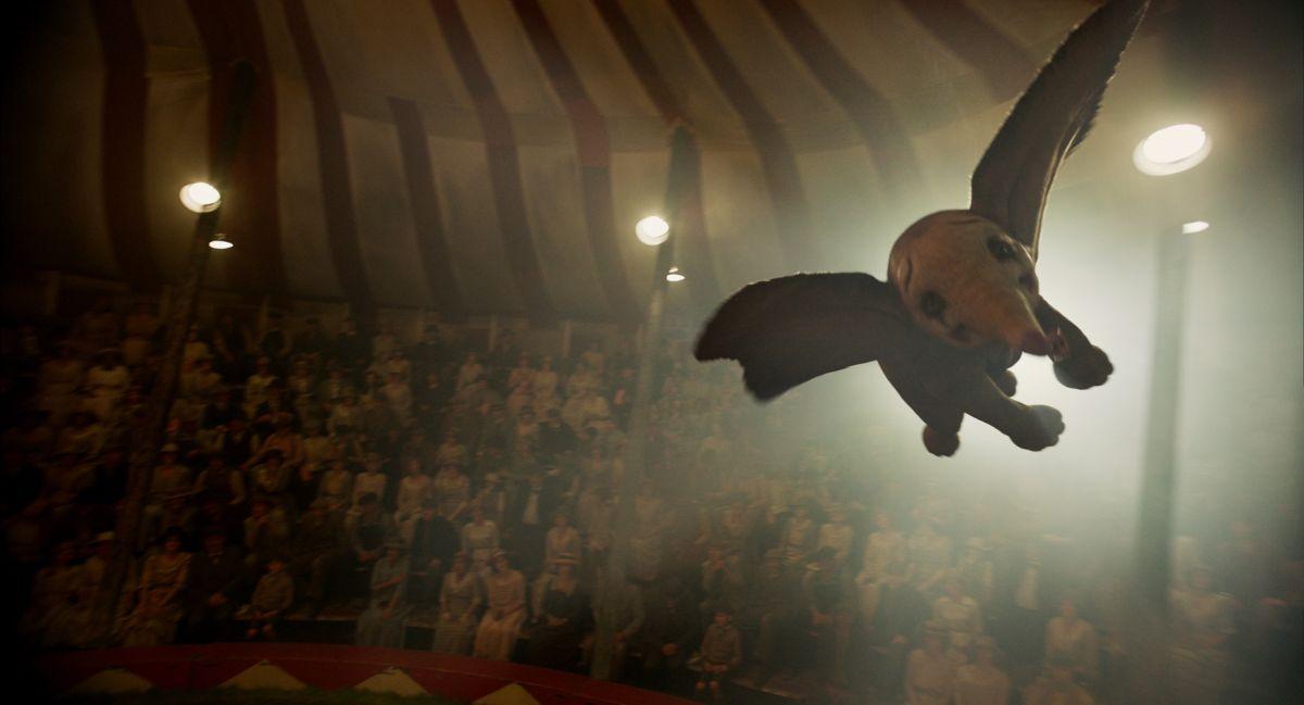 Dumbo flies in Dumbo (2019)