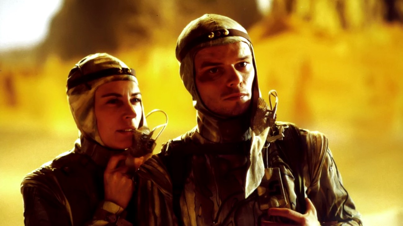 Paul Atreides (Alec Newman) and his mother Lady Jessica (Saskia Reeves) in Dune (2000)