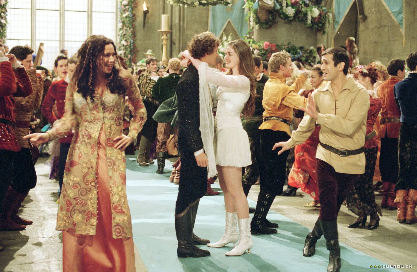 Char (Hugh Dancy) and Ella (Anne Hathaway) dance in Ella Enchanted (2004)