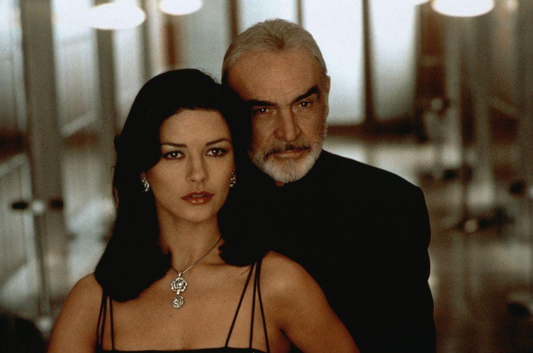 Catherine Zeta-Jones, Sean Connery in Entrapment (1999)