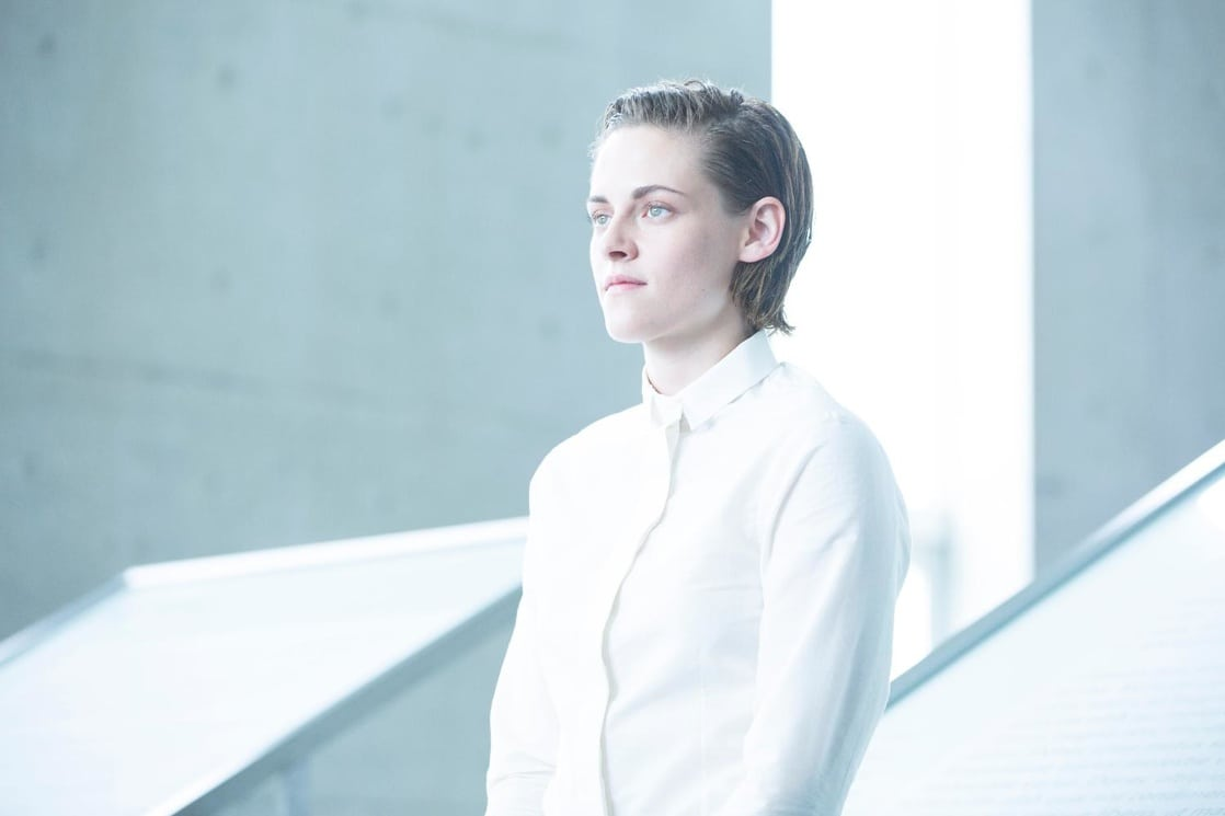 Nia (Kristen Stewart) required to play someone without emotion and seeming to fail at even that in Equals (2015)