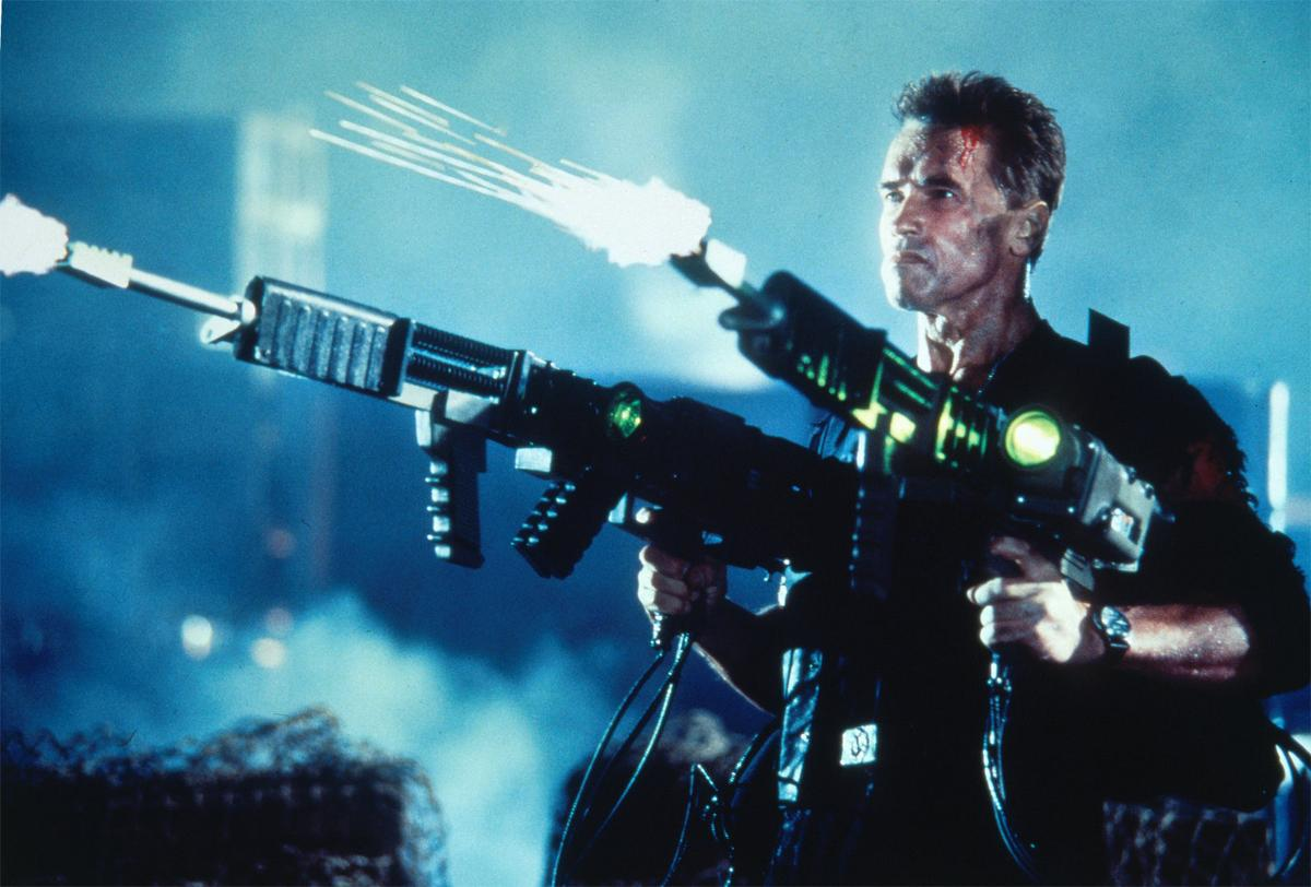 Arnold Schwarzanegger wielding hi-tech pulse rifles in Eraser (1996)