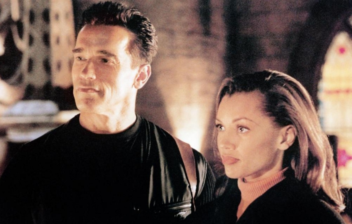 Federal Marshal Arnold Schwarzenegger assigned to protect eye-witness Vanessa Williams in Eraser (1996)