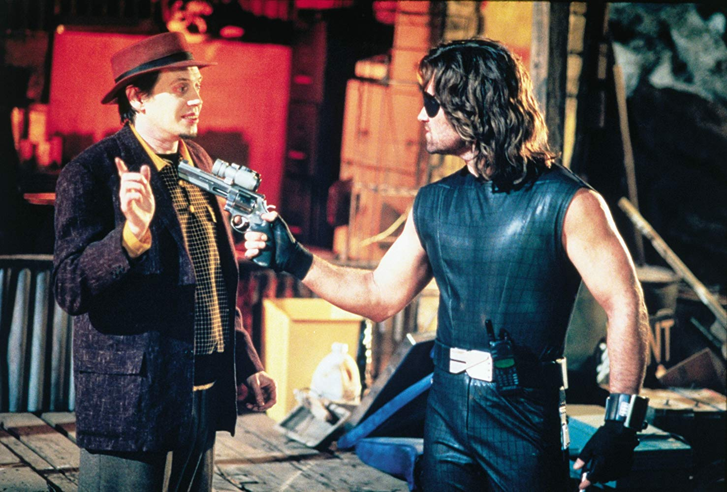 Snake Plissken (Kurt Russell) holds Map of the Stars Eddie (Steve Buscemi) at gunpoint in Escape from L.A. (1996)