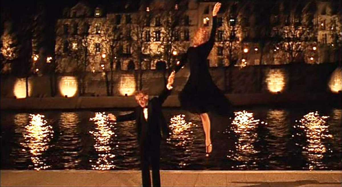 Goldie Hawn goes flying in a musical number with Woody Allen on the banks of the Seine in Everyone Says I Love You(1996)