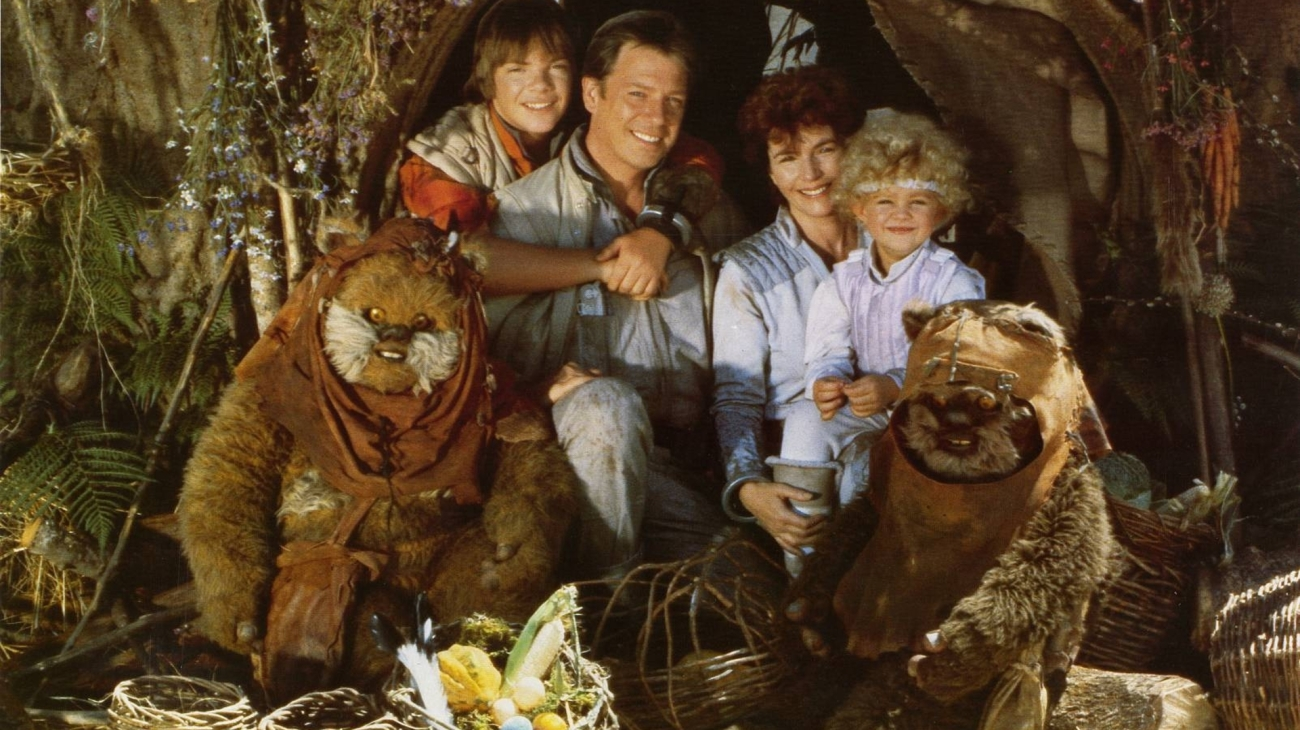 The family crashlanded on Endor - Mace (Eric Walker), father Guy Boyd, mother Fionulla Flanagan and Cindel (Aubree Miller), surrounded by Ewoks in The Ewok Adventure/Caravan of Couage (1984)
