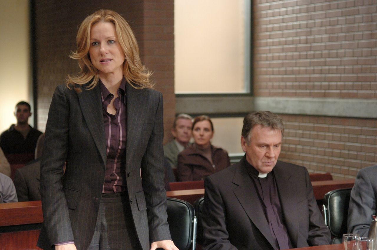 Lawyer Laura Linney defends priest Tom Wilkinson in court in The Exorcism of Emily Rose (2005)