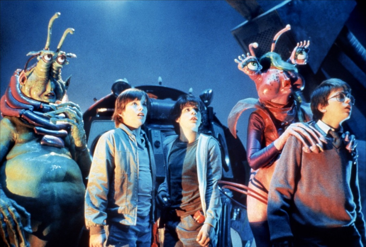 The teens (l to r) Ethan Hawke, Jason Presson and River Phoenix are introduced to the ship by the aliens Wak (Robert Picardo) (l) and Neek (Leslie Rickert) (r) in Explorers (1985)