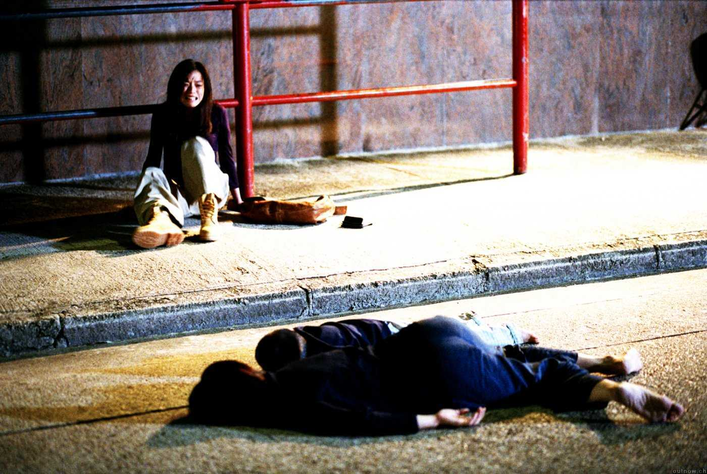 Shu Qi on a bus stop with the bodies of two boys in front of her in The Eye 2 (2004)