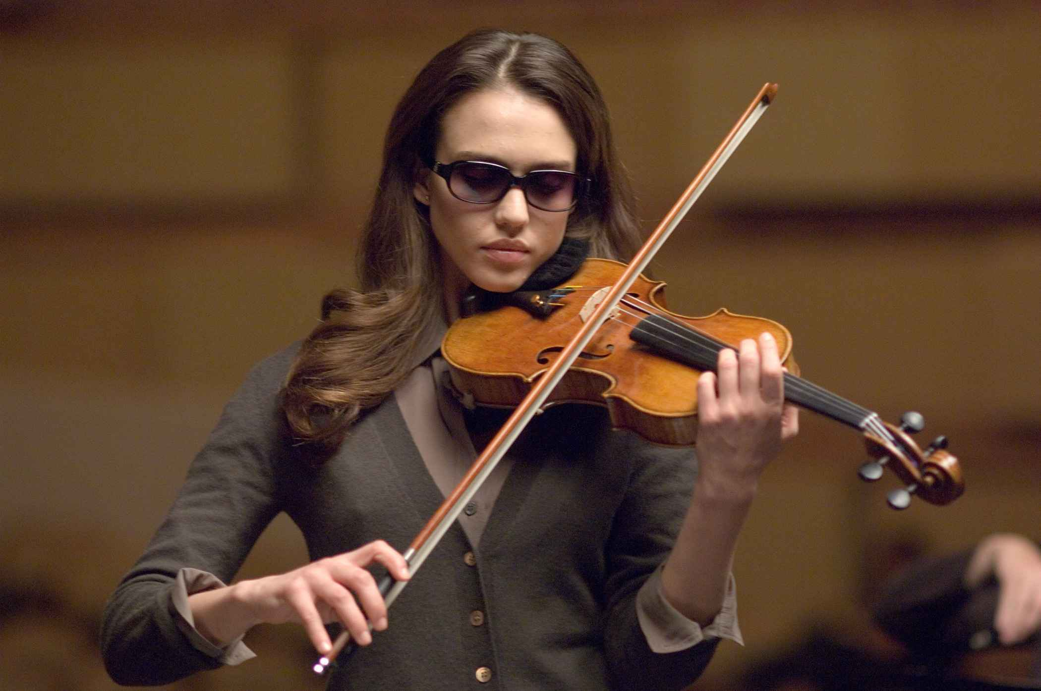 The blind Sydney Wells (Jessica Alba) play violin in The Eye (2008)