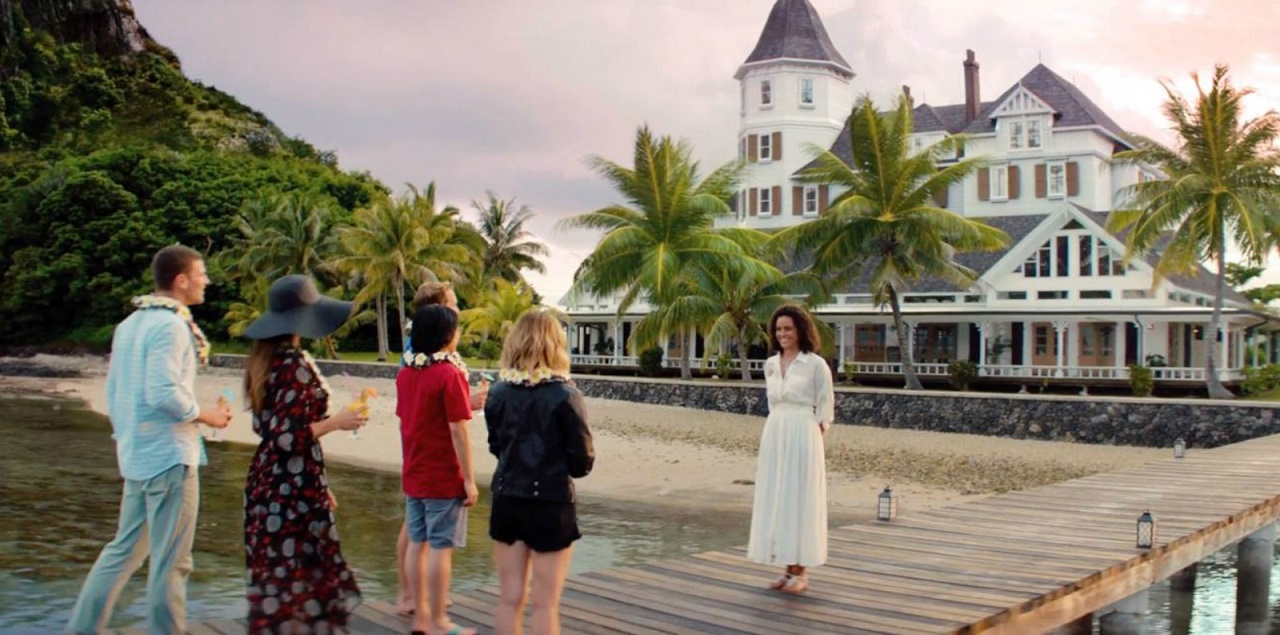 Julia (Parisa Fitz-Henley) welcomes the guests in Fantasy Island (2020)