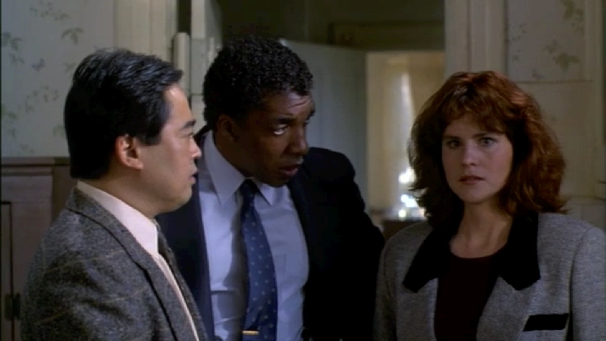 Detectives Keone Young and Stan Shaw with psychic Cayce Bridges (Ally Sheedy) in Fear (1990)