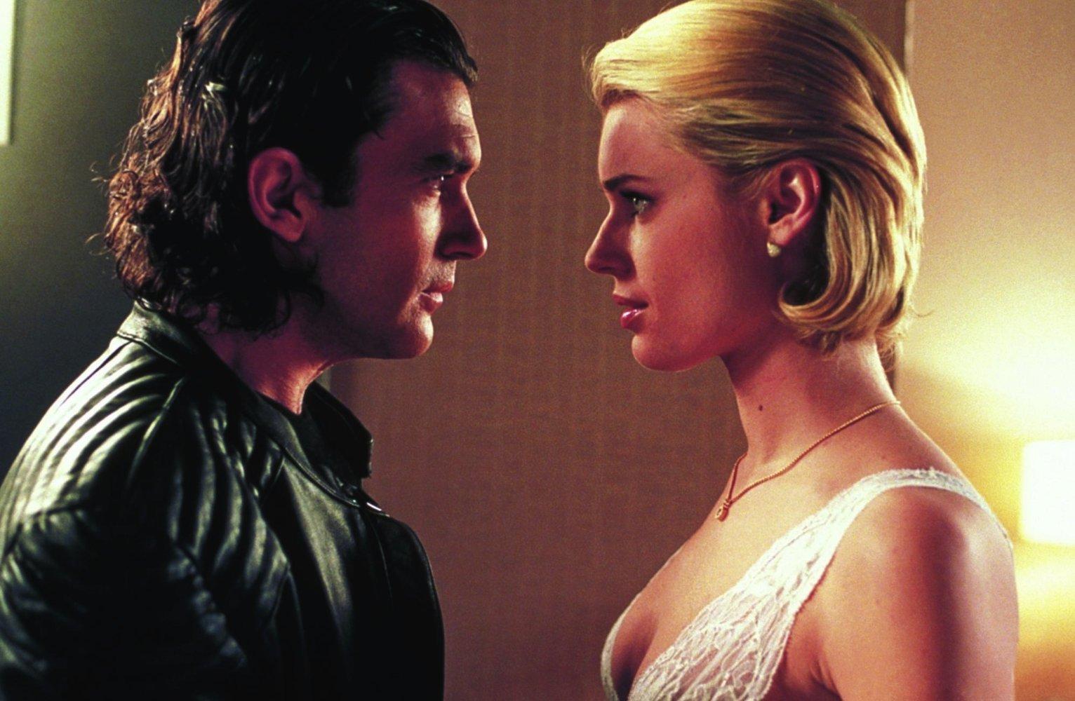 Antonio Banderas investigates the mysterious Rebecca Romijn-Stamos in Femme Fatale (2002)