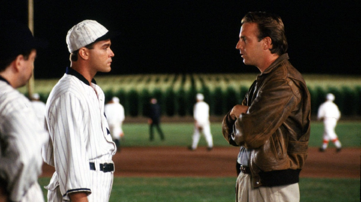 Ray Kinsella (Kevin Costner) (r) meets Black Sox player Shoeless Joe Jackson (Ray Liotta) (l) among the players returned to life in his baseball pitch in the cornfield in Field of Dreams (1989)
