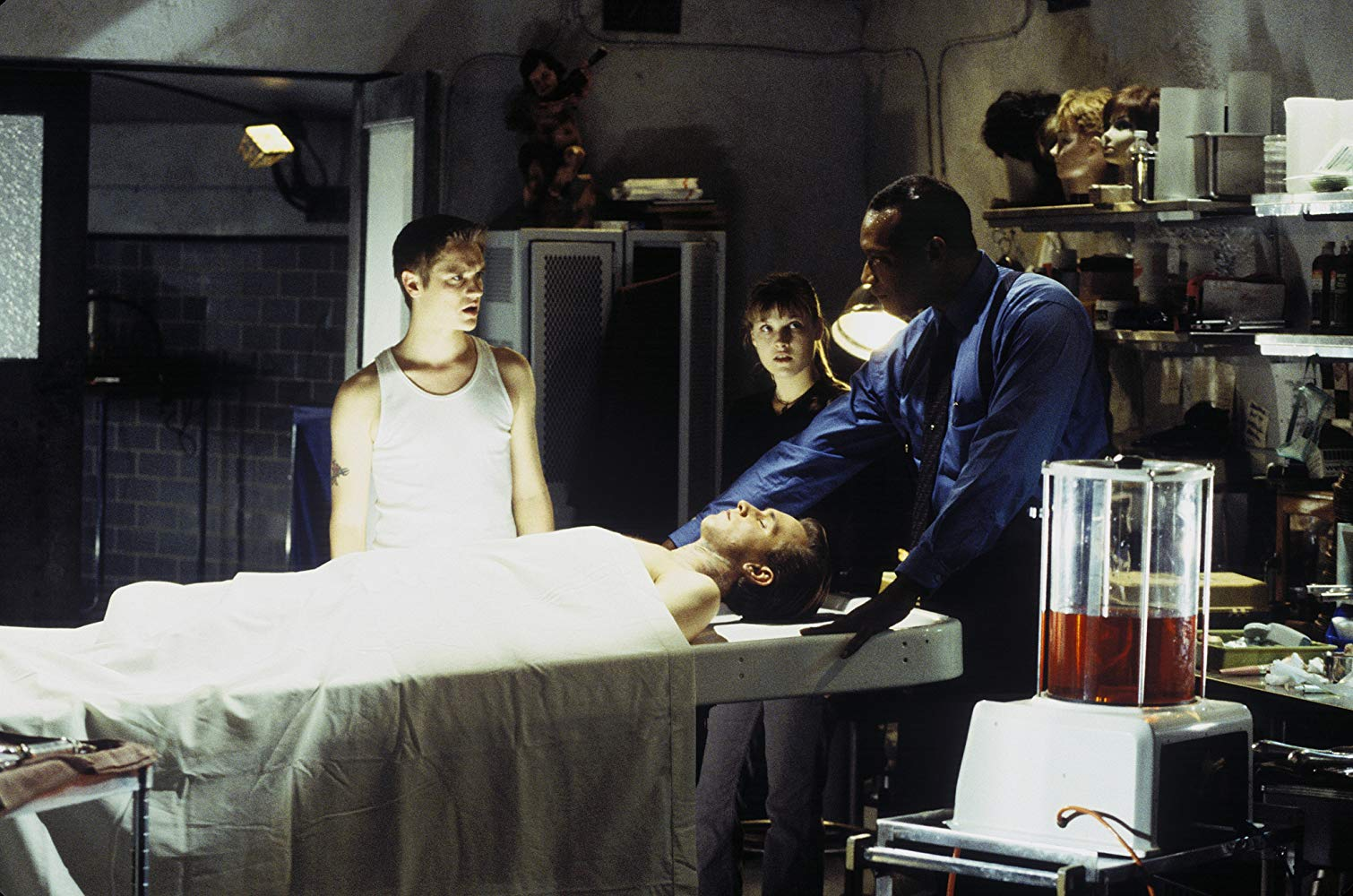 Morgue attendant Tony Todd explains to Devo Sawa and Ali Larter explains how fate and Death operate in Final Destination (2000)